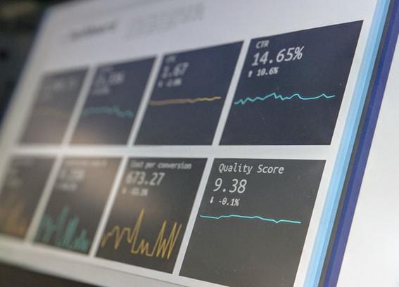 Um dos motivos pelos quais o data driven tem conquistado espaço nas organizações é por causa da sua capacidade de analisar um grande volume de dados e estabelecer conexões. Isso gera uma compreensão maior sobre aspectos subjetivos no comportamento do mercado.